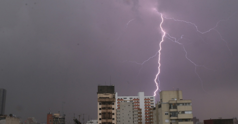 20.mar.2018 - Raios caem sobre a região central da cidade de São Paulo durante temporal