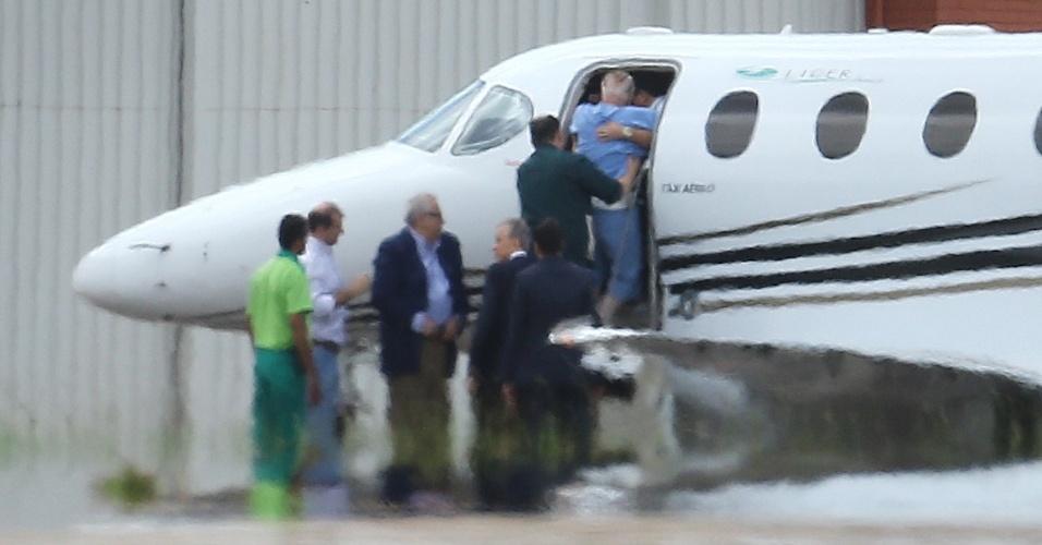 DF - BRASÍLIA/MALUF/RETORNO - POLÍTICA - O deputado federal, Paulo Maluf recebe ajuda no aeroporto de Brasília ao embarcar em um jatinho UTI Aérea, de volta para São Paulo. Maluf vai cumprir prisão domiciliar na capital paulistana