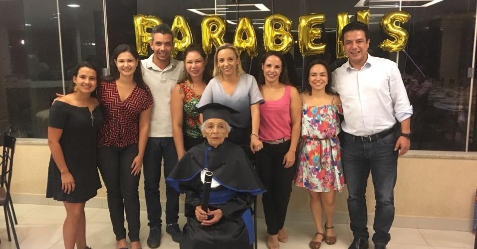 Dona Maria alcançou a nota 7,5 em sua última prova e se formou com direito a comemoração em uma pizzaria com a família