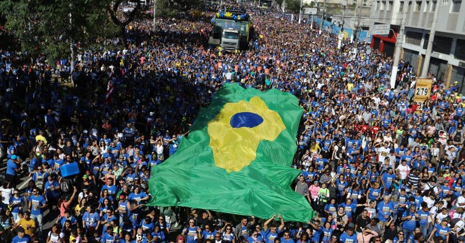 31.mai.2018 - Evangélicos estenderam bandeira do Brasil durante a 26ª Marcha para Jesus em São Paulo