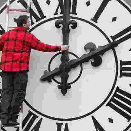 Técnico muda relógio na Alemanha - Sebastian Kahnert / dpa / AFP