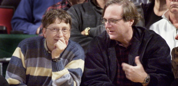 Paul Allen (dir.) assiste a um jogo da NBA ao lado de Bill Gates (esq.) - Anthony P. Bolante/Reuters