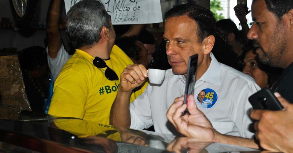 20.out.2018 - Candidato ao governo de São Paulo pelo PSDB, João Doria durante bandeiraço e entrega de adesivos, em São Paulo (SP)