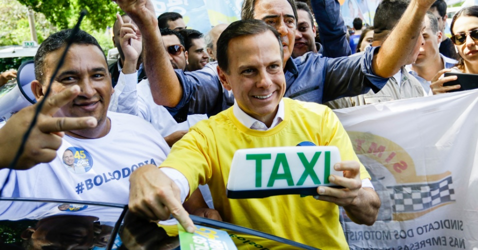 20.out.2018 - O candidato ao governo do Estado de São Paulo no segundo turno das eleições 2018 pelo PSDB, João Doria, faz campanha de rua na Praça Panamericana, no Alto de Pinheiros, zona oeste da capital, na tarde deste sábado (20). 20/10/2018