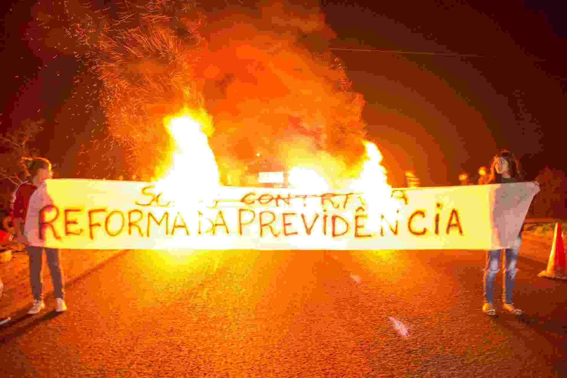 Militantes do MST bloqueiam a BR 290, no km 124, em Porto Alegre (RS), causando enorme congestionamento, durante greve geral convocada por sindicatos contra a Reforma da Previdência - Eduardo Teixeira/Futura Press/Estadão Conteúdo