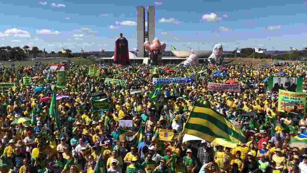 30.jun.2019 - Manifestantes durante ato de apoio à Lava Jato em frente ao Congresso Nacional - Pedro Ladeira/Folhapress