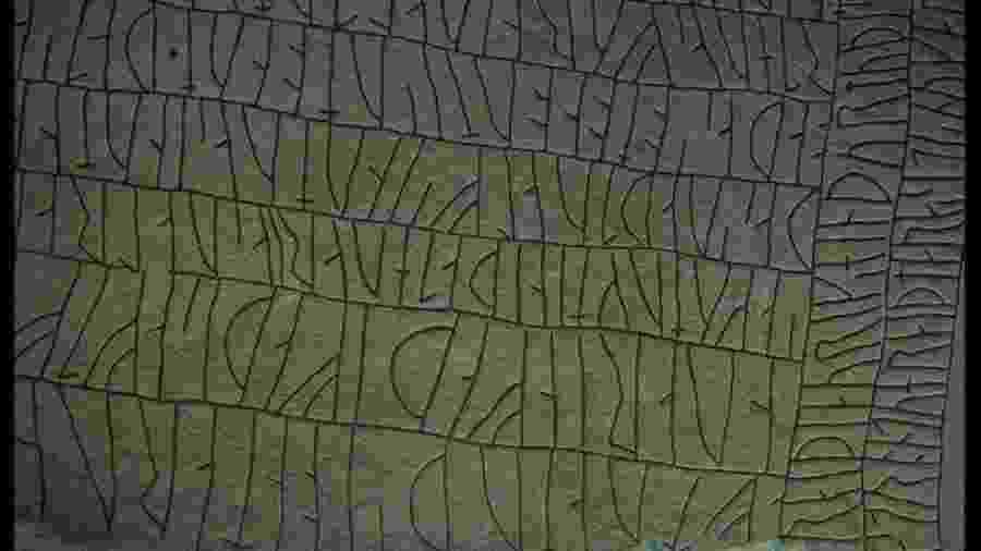 A pedra Rök foi descoberta na década de 1940, na Suécia, e é coberta por mais de 800 escritos em runas  - Macduff Everton/Corbis/VCG via Getty Images