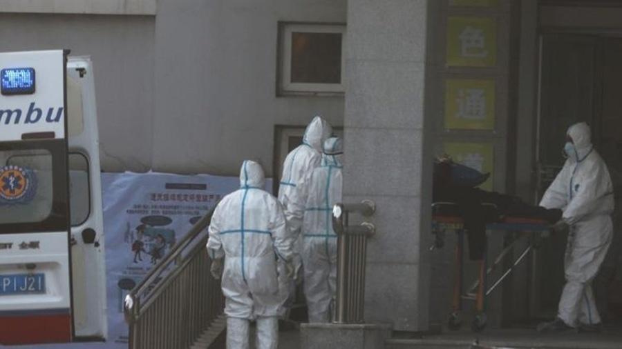Agentes de saúde trabalham na investigação do vírus que causa doenças respiratórias, se espalhou por cidades chinesas - Darley Shen