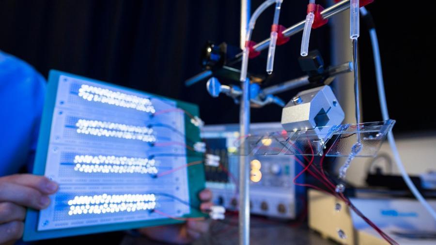 Pequenas lâmpadas de LED acesas pela eletricidade produzida por gerador baseado em gotas de água (dir.) - Universidade da Cidade de Hong Kong/ Nature