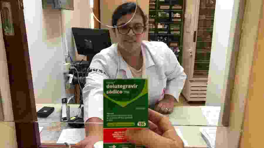 Farmacêutica do CRT entrega medicamento de combate a Aids - Paulo Sampaio/UOL