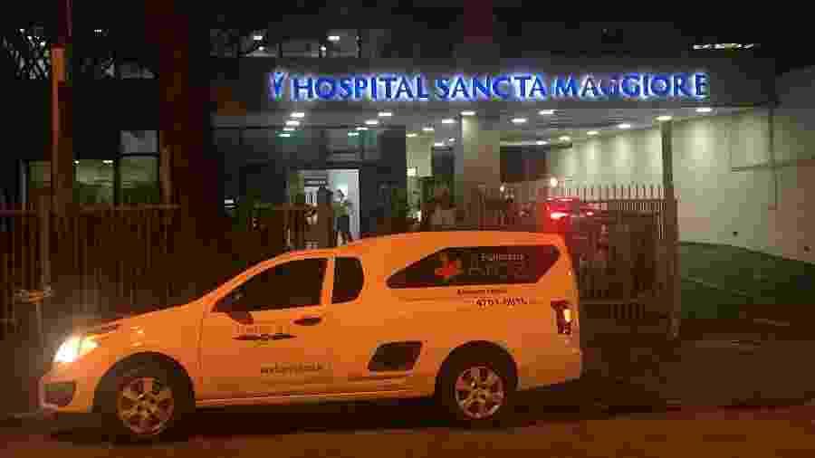Carro de funerária estacionado em frente a Hospital Sancta Maggiore - Felipe Pereira