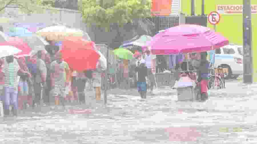 Beneficiários enfrentam chuva e filas para sacarem auxílio emergencial em Recife - Reprodução
