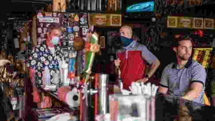 Álcool e distanciamento social provavelmente não são uma boa mistura, diz Karan à BBC - Getty - Getty