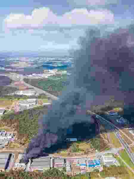A cortina de fumaça pôde ser vista de cidades vizinhas - RODRIGO PHILIPPS/FUTURA PRESS/FUTURA PRESS/ESTADÃO CONTEÚDO - RODRIGO PHILIPPS/FUTURA PRESS/FUTURA PRESS/ESTADÃO CONTEÚDO