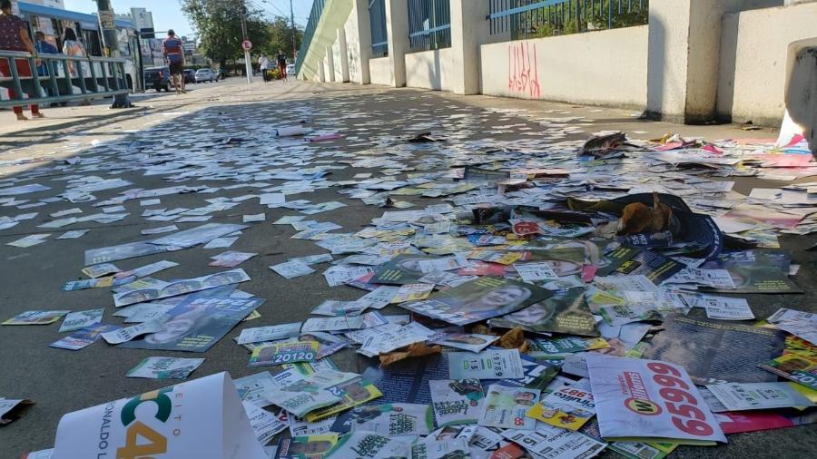 Avenida Fernandes Lima, em Maceió, repleta de santinhos e panfletos de candidatos - Carlos Madeiro/UOL