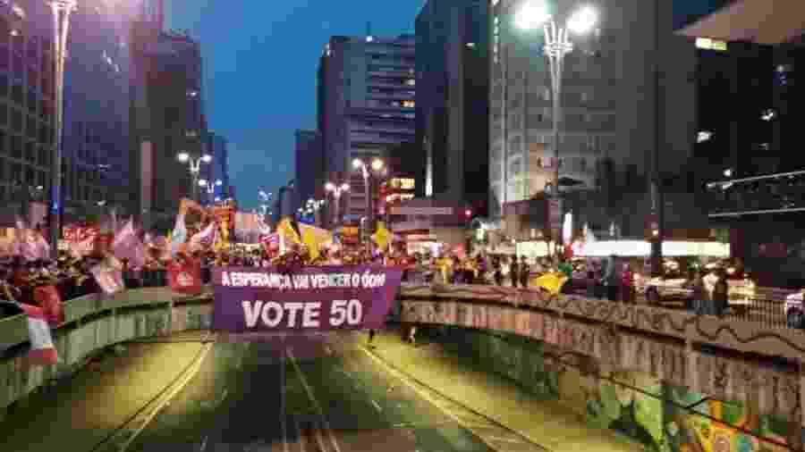 """Apoiadores de Boulos estendem faixa na avenida Paulista com o slogan da campanha: """"a esperança vai vencer o ódio"""" - Nathan Lopes/UOL"""