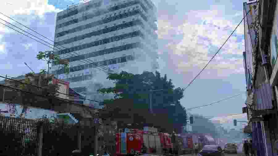 30.nov.2020 - Bombeiros combatem incêncio no prédio da antiga universidade Gama Filho, na zona norte do Rio de Janeiro - J RICARDO/ESTADÃO CONTEÚDO