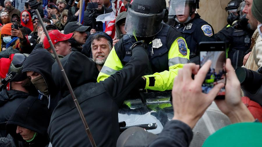Apoiadores de Donald Trump invadiram o Capitólio para protestar contra o resultado das eleições nos EUA - Shannon Stapleton/Reuters