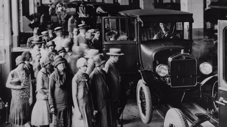 Após 102 anos no Brasil, Ford decidiu interromper a produção no país; imagem mostra visita à fábrica em São Paulo, em 1922 - Divulgação/Ford