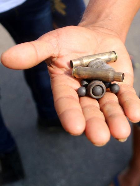 Manifestante mostra cápsulas de balas disparadas por forças de segurança em Dawei (Mianmar) para dispersar protesto contra golpe militar - Dawei Watch/AFP