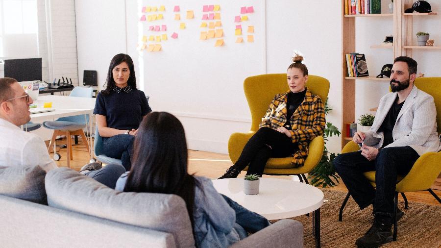 No escritório: a integração com os colegas e o sentimento de pertencimento fazem parte dos ganhos intangíveis do trabalho - Leon/Unsplash