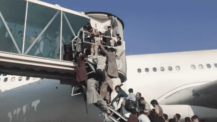 Pessoas tentam entrar em aviões para fugir - Sahar Rahimi/BBC - Sahar Rahimi/BBC