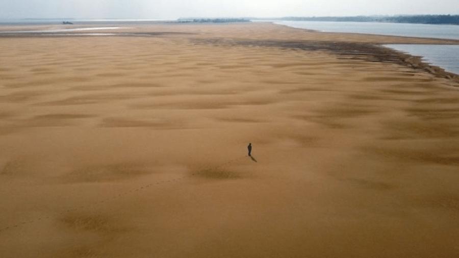 A pior seca em 91 anos no Brasil causou uma diminuição histórica das águas do rio, afetando sua navegabilidade, por onde há exportação agrícola e industrial - AFP