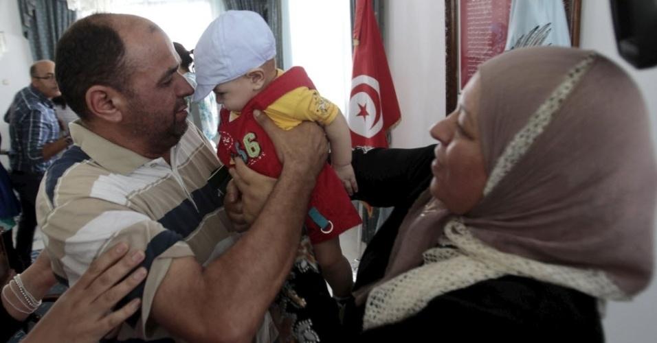 19.jun.2015 - Diplomata da Tunísia, sequestrado na Líbia há uma semana, é saudado por sua família ao chegar ao aeroporto de Túnis, nesta sexta-feira (19). Após o sequestro de dez membros da equipe diplomática da Tunísia, o governo encerrou as atividades consulares em Trípoli