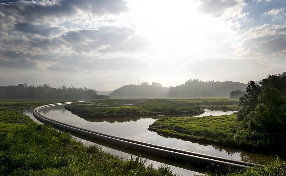 7.ago.2015 - Em Rio Grande da Serra (SP), dutos da interligação entre o Rio Grande e o Alto Tietê, principal obra antirrodízio do governo de São Paulo