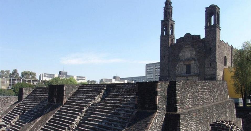 Tenochtitlán -Quando os conquistadores espanhóis chegaram ao México, espantaram se com as escadarias das pirâmides astecas. Estavam manchadas de marrom-avermelhado -o sangue seco das vítimas dos rituais de sacrifício. Ao conquistar Tenochtitlán, uma das primeiras ações do conquistador Hernán Cortés foi mandar lavar os monumentos. Na foto, uma das pirâmides na região onde ficava a cidade