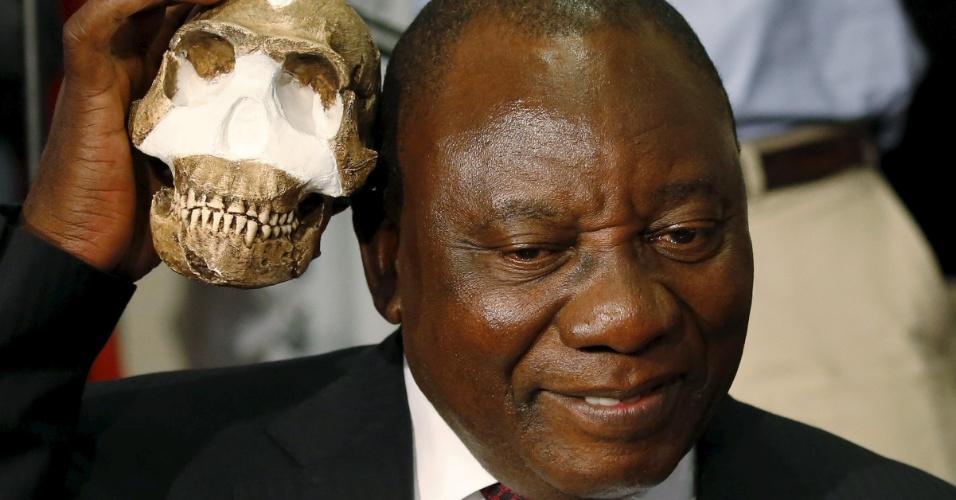 """10.set.2015 - O vice-presidente da África do Sul, Cyril Ramaphosa, segura uma réplica do crânio da espécie Homo Naledi, recém-descoberta no país. Fósseis do acestral humano foram encontrados em uma caverna profunda de difícil acesso, perto de Johannesburgo, na área arqueológica conhecida como """"Berço da Humanidade"""", que é considerada patrimônio mundial pela Unesco"""