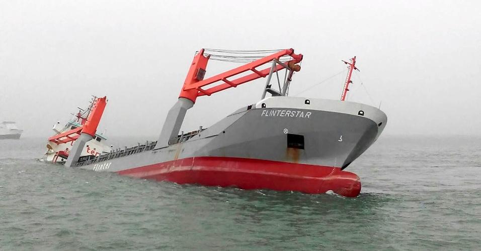 6.out.2015 - Cargueiro holandês afunda após colidir contra embarcação das ilhas Marshal em terras belgas do Mar do Norte. A tripulação de 12 pessoas foi resgatada