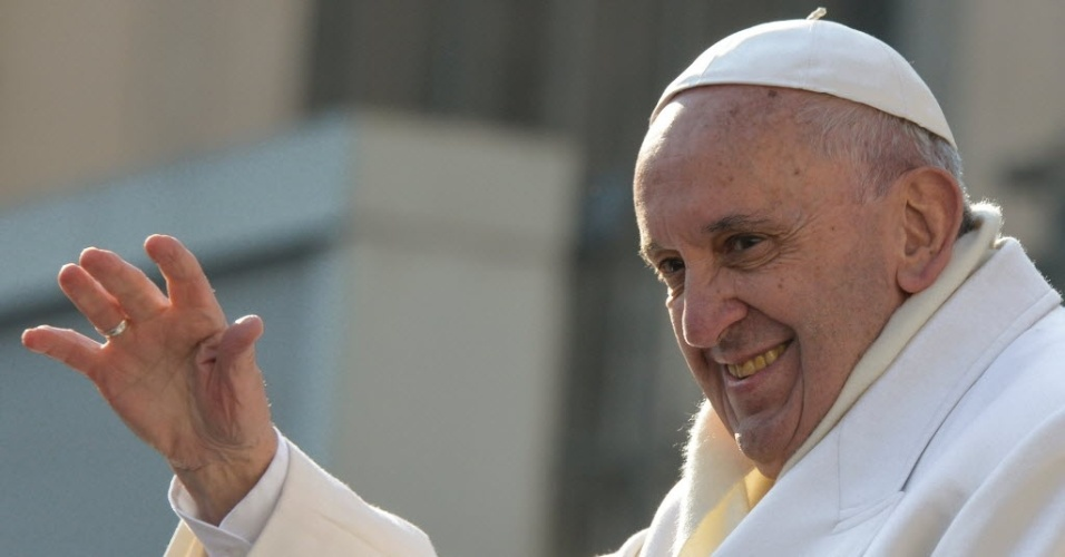 30.dez.2015 - Papa Francisco cumprimenta a multidão no fim da audiência geral semanal na Praça de São Pedro, no Vaticano