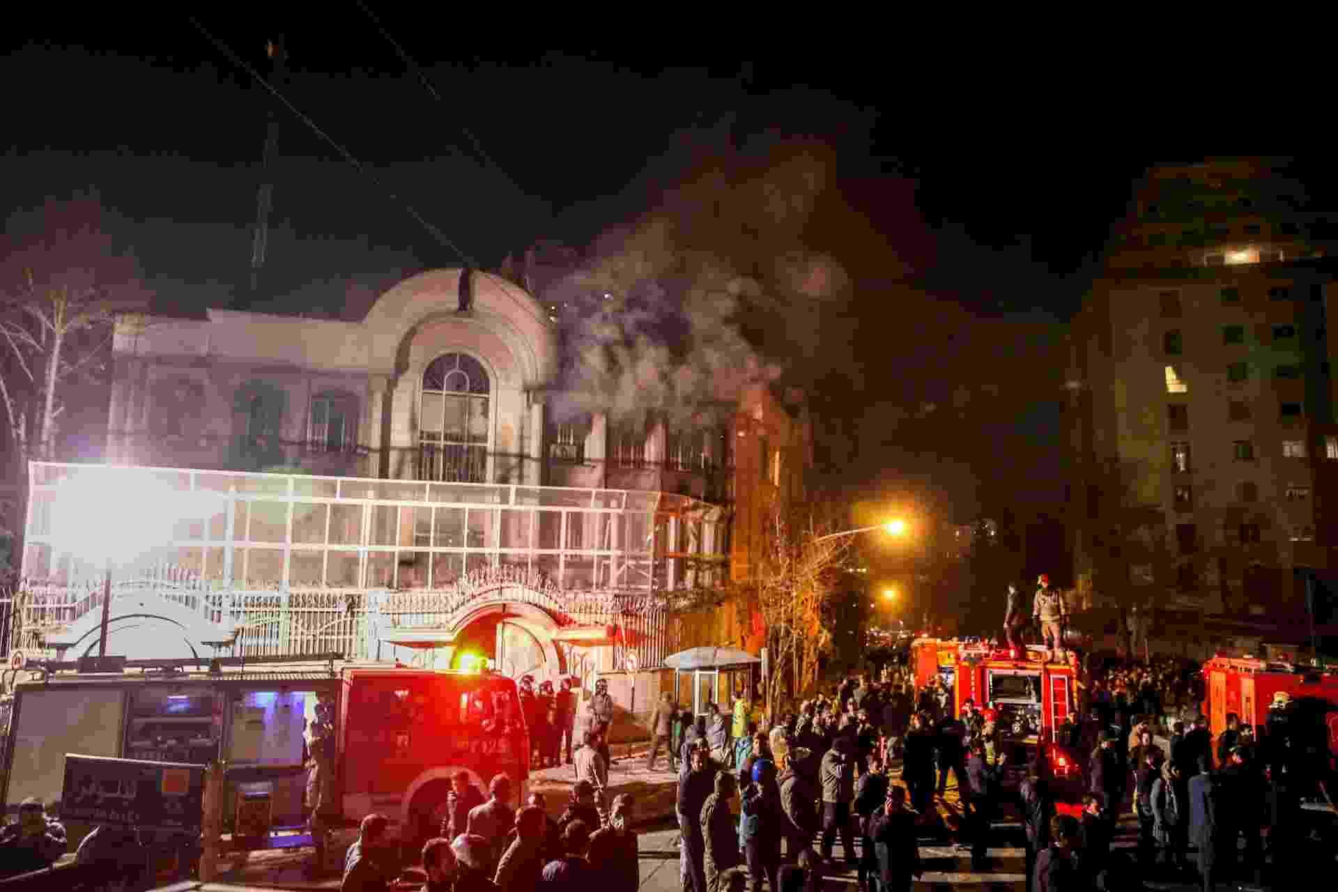 2.jan.2016 - Manifestantes ateiam fogo à embaixada saudita em Teerã, no Irã - Atta Kenare/AFP