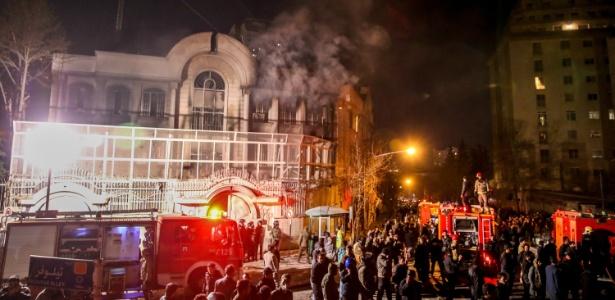 Manifestantes invadiram a embaixada saudita em Teerã após execução do clérigo xiita Nimr Baqir al Nimr