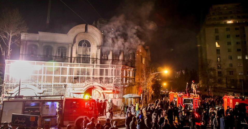 2.jan.2016 - Manifestantes ateiam fogo à embaixada saudita em Teerã, no Irã