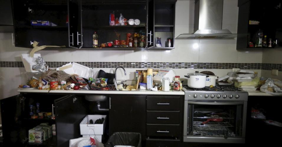 """12.jan.2016 - Alimentos ficaram espalhados pela cozinha do esconderijo onde foi encontrado o narcotraficante Joaquín """"El Chapo"""" Guzmán, Los Mochis, no Estado de Sinaloa, no México. A imagem foi feita na segunda-feira (11).  Depois de tentar fugir por um túnel ligado à rede pluvial da cidade, El Chapo foi capturado por fuzileiros enquanto tentava sair da cidade"""