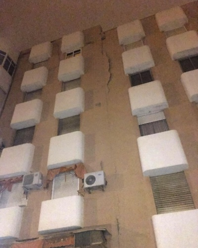 25.jan.2016 - Rachadura aparece em prédio afetado pelo terremoto de magnitude 6,3 na escala Richter registrado na madrugada desta segunda-feira em Melilla, na Espanha. Tremor afetou cidades do sul da Espanha e também do norte de Marrocos