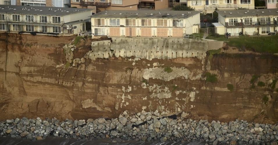 27.jan.2016 - Um complexo de prédios foi desocupado pelo risco de desabar dentro do oceano Pacífico, na Califórnia. A falésia onde estão localizados está sofrendo processo intenso de erosão por causa dos efeitos do fenômeno El Niño