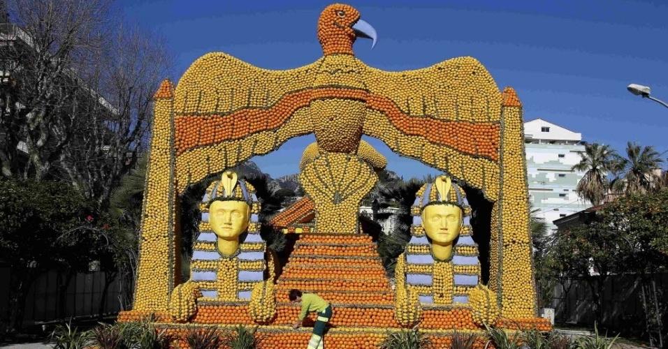 10.jan.2016 - Esta águia gigante acompanhada de faraós, todos feitos com frutas cítricas, é bem impressionante, não? A escultura retrata o filme 'Cleópatra' e estará em exibição durante um festival do limão na cidade de Menton, na França