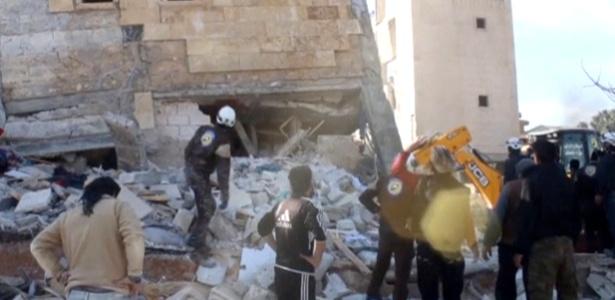 Pessoas se aglomeram diante de prédio destruído que seria um hospital apoiado pela ONG Médicos Sem Fronteiras, em Marat al Numan, Idlib, na Síria