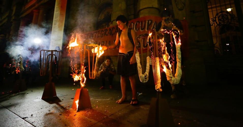 25.fev.2016 - Após mais de um mês longe das ruas de São Paulo, o Movimento Passe Livre (MPL) fez nesta quinta-feira (25) um ato contra as tarifas de transporte público que envolveu shows, debates e catracas incendiadas em frente ao Teatro Municipal