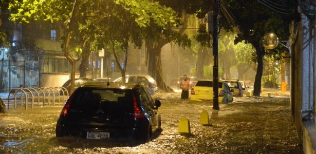 Forte chuva atingiu a região do Maracanã (RJ) na noite deste sábado (12)
