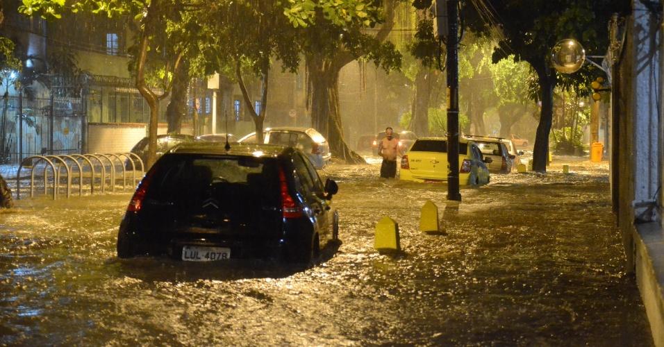 12.mar.2016 - Chuva forte que atinge o Rio de Janeiro esta noite causa alagamentos na avenida Paula Souza no bairro do Maracanã