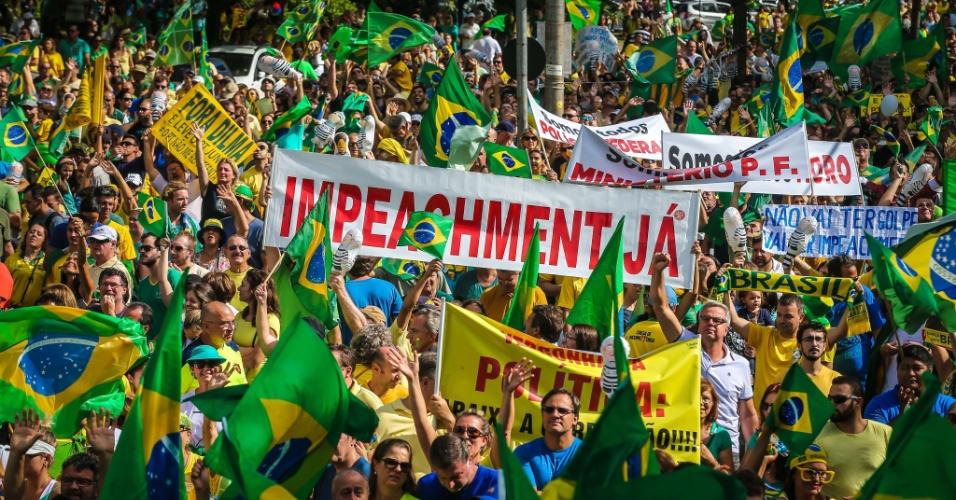 13.mar.2016 - Manifestantes fazem ato contra o governo Dilma Rousseff em Porto Alegre (RS). Protestos contra Dilma acontecem em vários Estados e pedem o impeachment da presidente e a prisão do ex-presidente Luiz Inácio Lula da Silva, investigado pela Operação Lava Jato