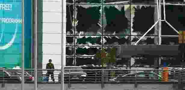 22.mar.2016 - Soldado faz vigília em frente às janelas quebradas após atentado na área de embarque do aeroporto internacional de Bruxelas - Francois Lenoir/Reuters - Francois Lenoir/Reuters