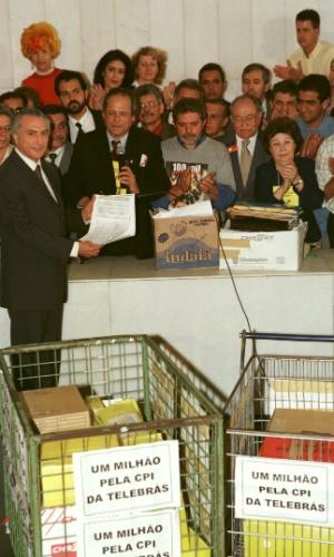 26.ago.1999 - Durante o segundo governo FHC, o então presidente da Câmara, deputado Michel Temer, recebe de José Dirceu, Luiz Inácio Lula da Silva, Miguel Arraes e outros representantes da oposição, abaixo-assinado com mais de 1 milhão de assinaturas pedindo a criação de uma CPI da Telebrás depois da Marcha dos 100 Mil, em Brasília