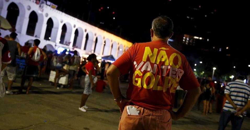 17.abr.2016 - Manifestantes contra o impeachment acompanham a votação do processo na Câmara dos Deputados, na Lapa, centro do Rio de Janeiro