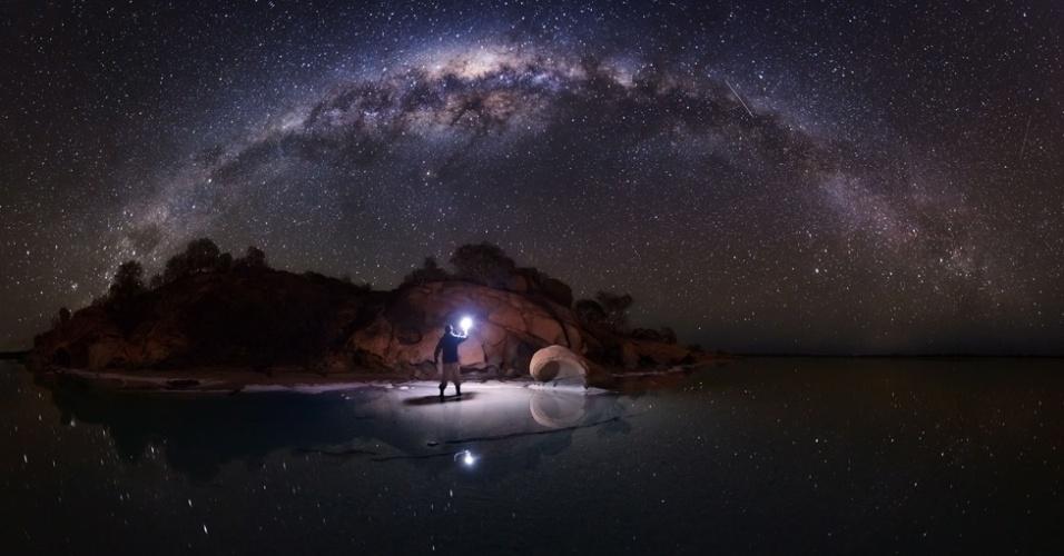 20.abr.2016 - As lagoas de sal no local conhecido como The Pinnacles, também no Parque Nacional de Nambung, criam um efeito espelhado junto com as estrelas e montanhas refletidas à perfeição nas águas paradas.