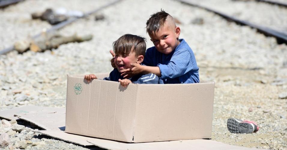 """28.abr.2016 - Crianças brincam em acampamento improvisado para refugiados perto da aldeia de Idomeni, fronteira da Grécia com a Macedônia. Cerca de 54 mil pessoas, muitas delas fugindo da guerra na Síria, estão """"presas"""" em território grego desde fevereiro, com o fechamento das fronteiras oficiais"""